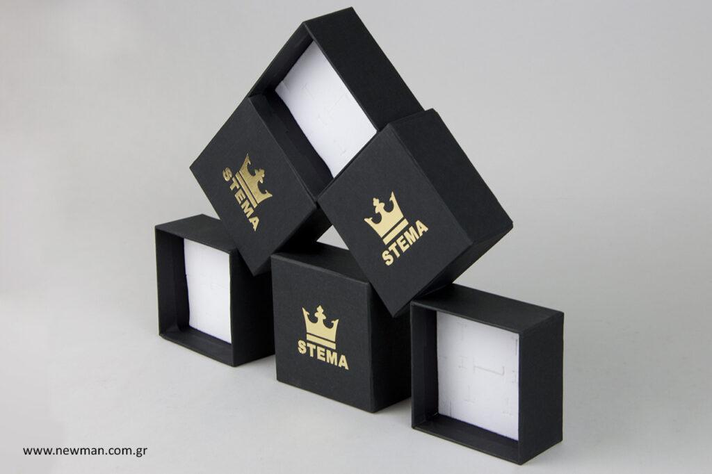 """STEMA"": Τυπωμένα κουτιά κοσμημάτων με εσωτερικό βελούδο."