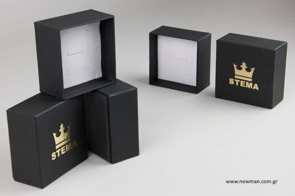 Σκληρά κουτιά για κοσμήματα με εσωτερικό βελούδο.