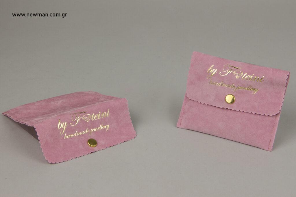 Πουγκιά σε σχήμα τσέπης με κουμπί και εκτύπωση με θερμοτυπία σε χρυσό χρώμα (χρυσοτυπία).