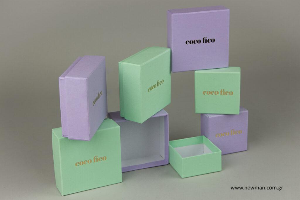 Coco Fico: Κουτιά συσκευασίας με λογότυπο.