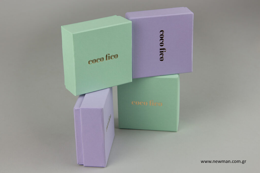 Κουτιά για κοσμήματα σε παστέλ αποχρώσεις με χρυσό λογότυπο.