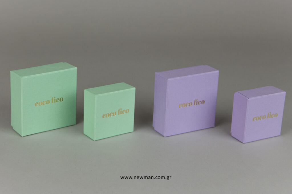 Κουτιά στο χρώμα της μέντας και λιλά με τύπωμα στο καπάκι.
