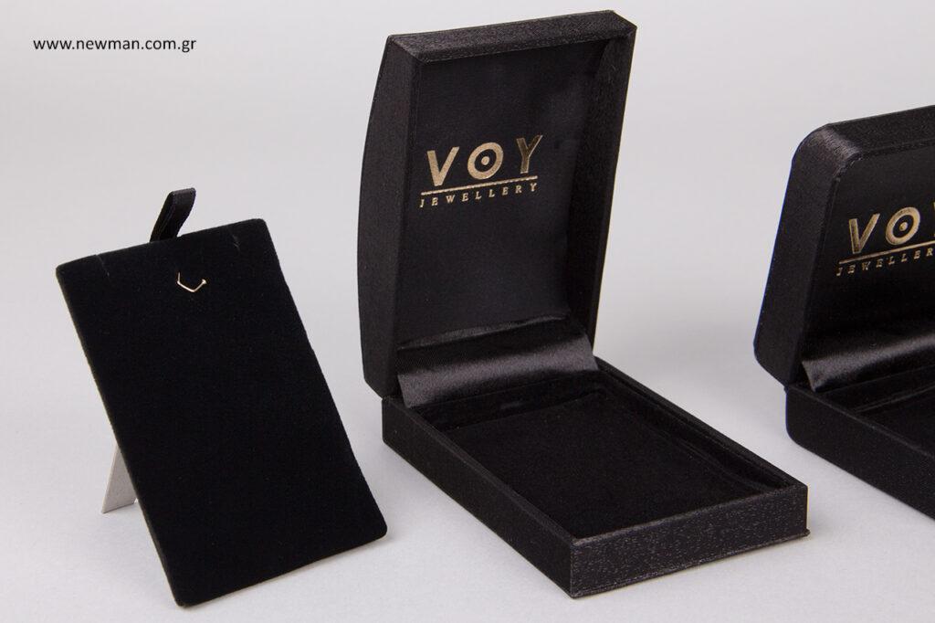 Εκτύπωση λογότυπου με την τεχνική της χρυσοτυπίας σε μαύρο σατέν-μεταξιένιο κουτί συσκευασίας.