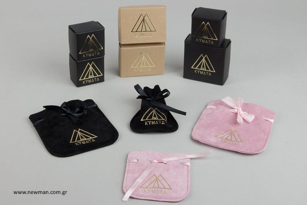 Επώνυμα κουτιά και επώνυμα πουγκιά για κοσμήματα.