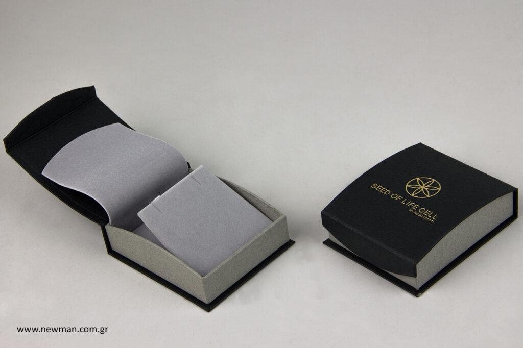 Κουτί για σταυρό ή μενταγιόν με τυπωμένο λογότυπο.