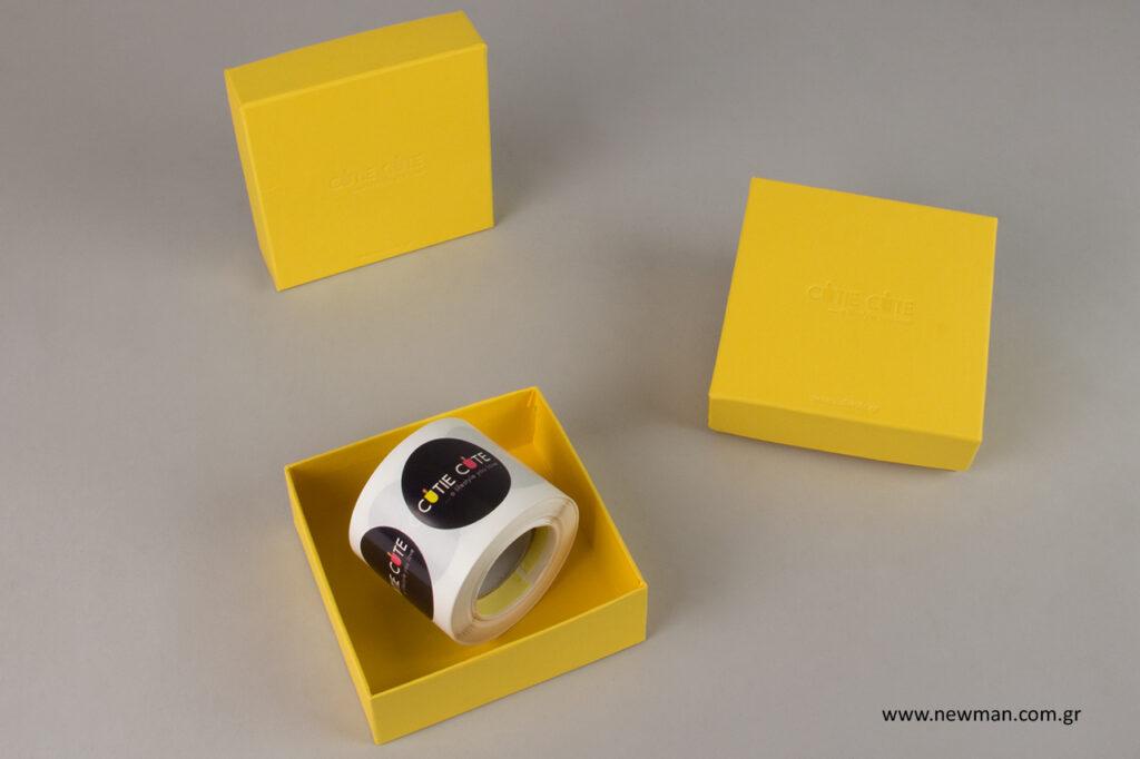 Εξατομικευμένες συσκευασίες με εταιρικά λογότυπα.