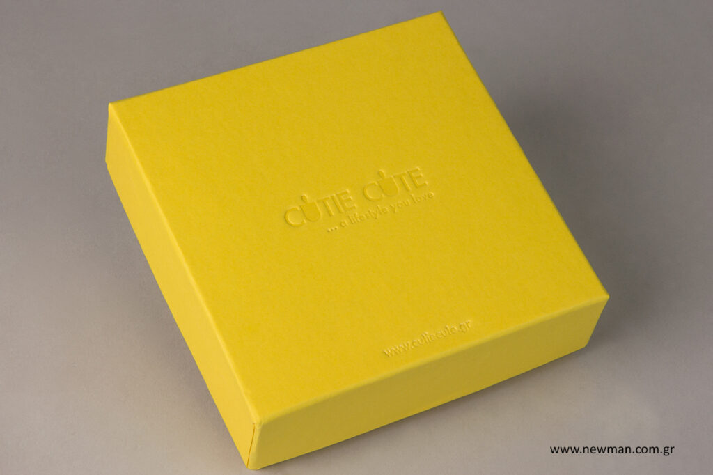 Τυπωμένο κίτρινο κουτί συσκευασίας για κοσμήματα.