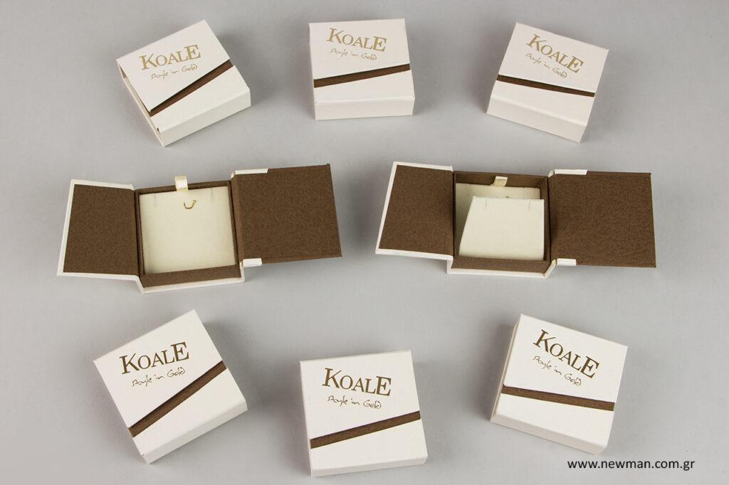 Επώνυμα κουτιά με μεταλλικό λογότυπο για κόσμημα.