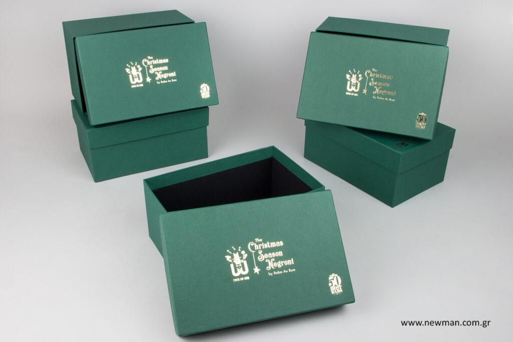 Επώνυμα κουτιά συσκευασίας με λογότυπο.