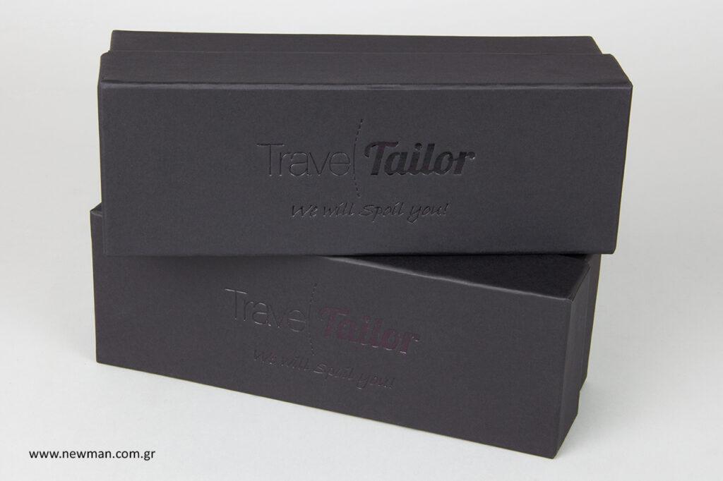 Σκληρά κουτιά με επωνυμία τυπωμένη στο καπάκι.