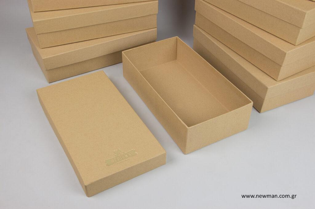 Επώνυμα κουτιά συσκευασίας με χρυσοτυπία.