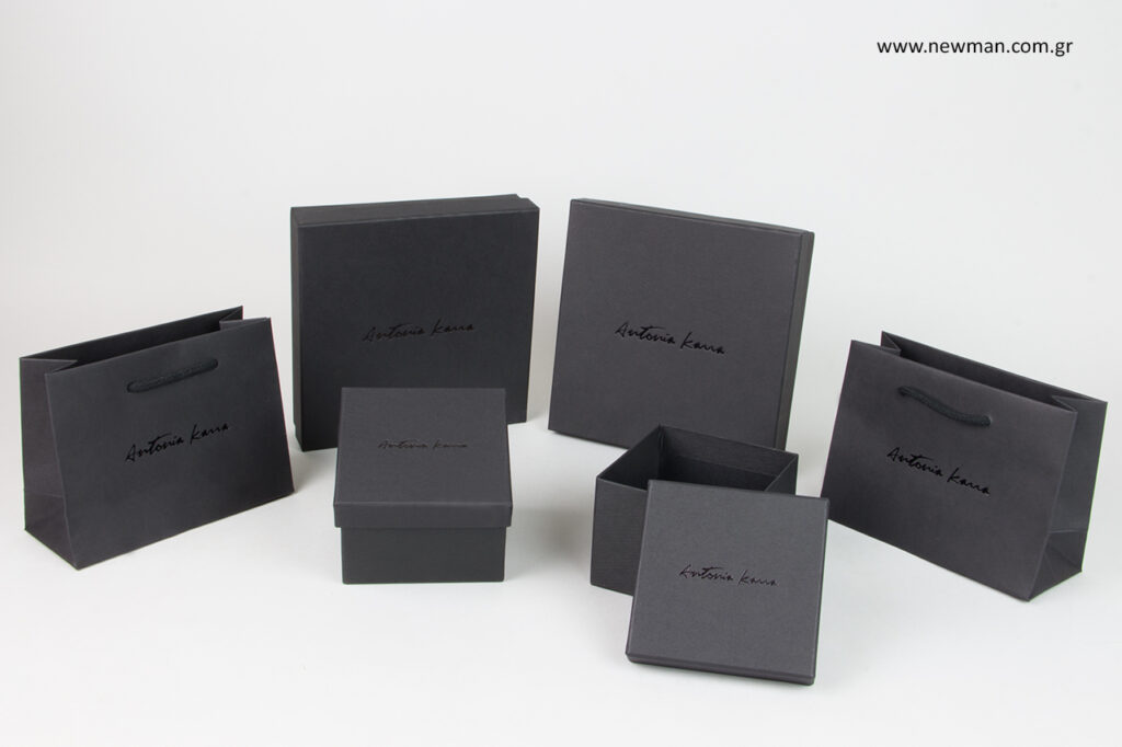Antonia Karra: Κουτιά και τσάντες συσκευασίας με λογότυπο.