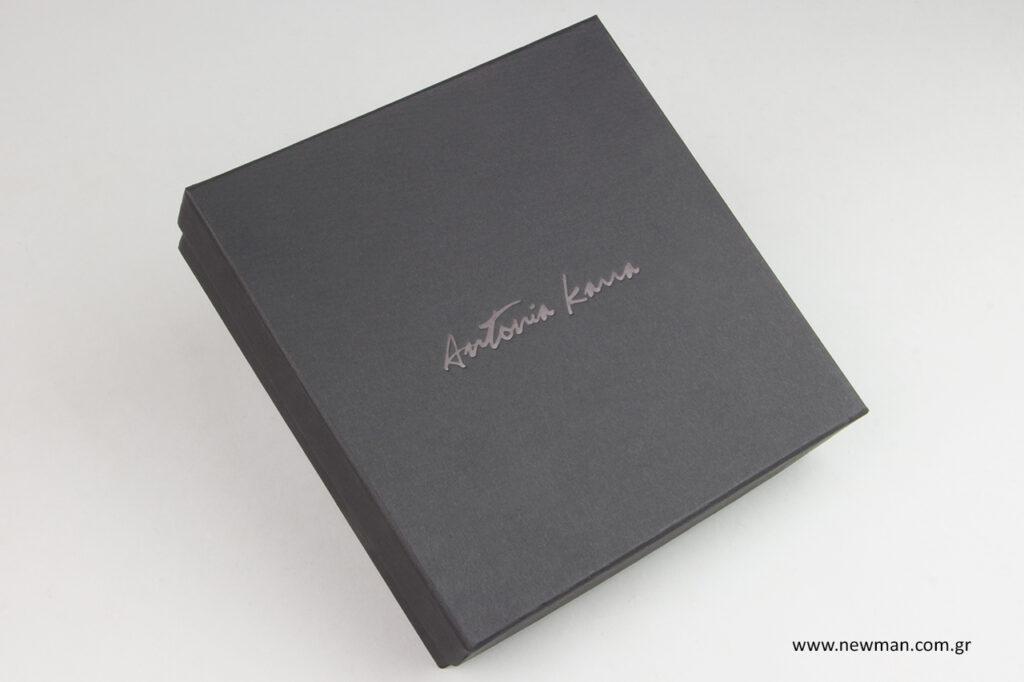 Τυπωμένα κουτιά ασημικών με εταιρικό λογότυπο σε μεταλλοτυπία.