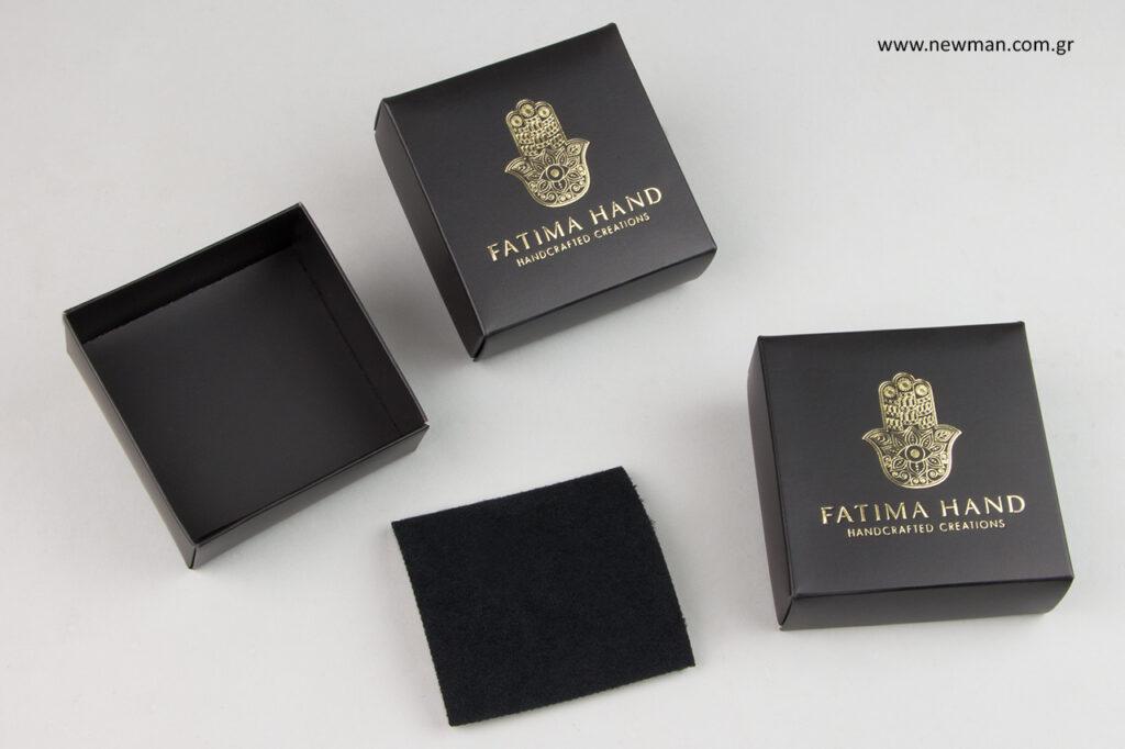 Fatima Hand: Κουτιά μπιζού από ματ πλαστικοποιημένο χαρτόνι με τυπωμένη επωνυμία.