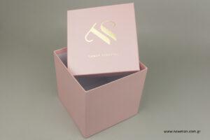 Sandy Tzatzou: Τυπωμένα κουτιά με εταιρική επωνυμία.