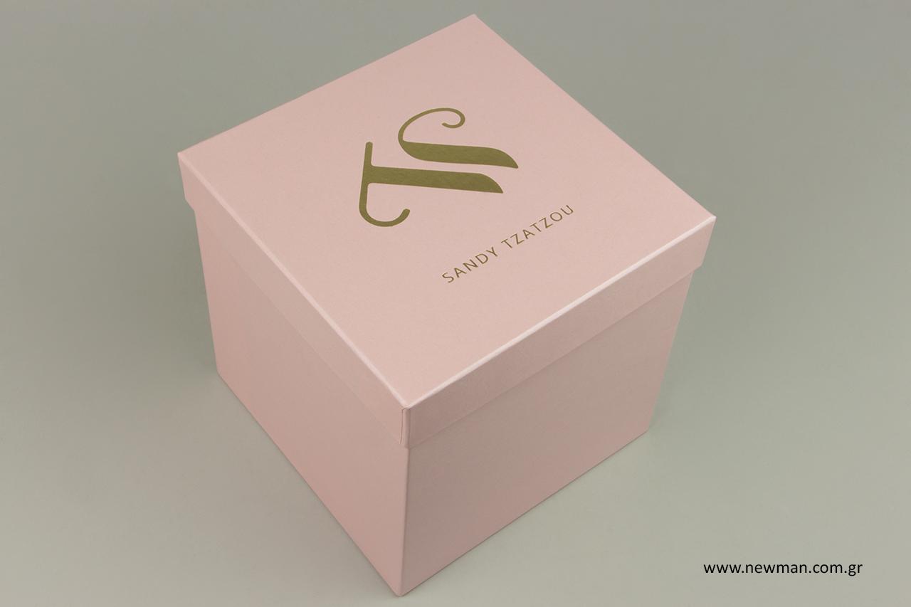 Επώνυμο κουτί συσκευασίας για ρούχα και μαγιό.
