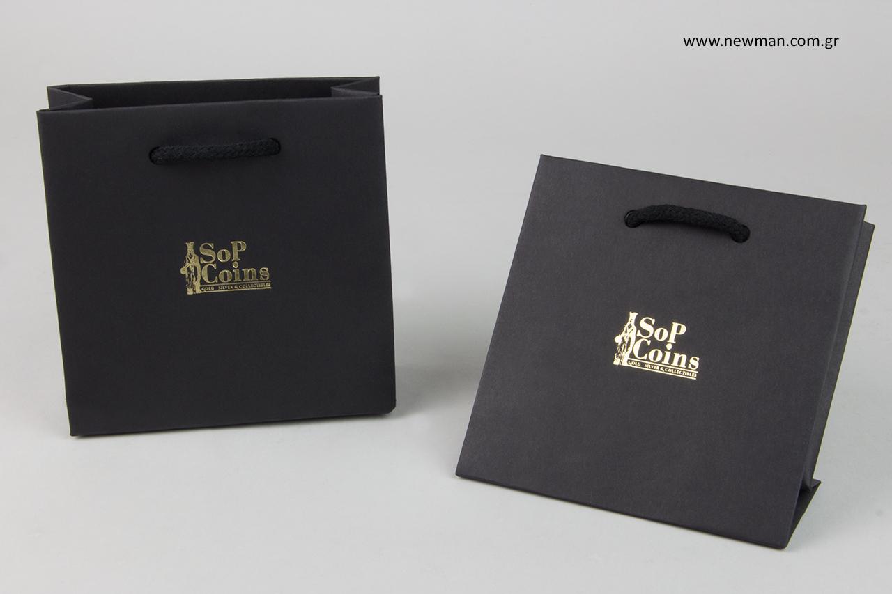 Χάρτινες τσάντες δώρων με εταιρικό λογότυπο.