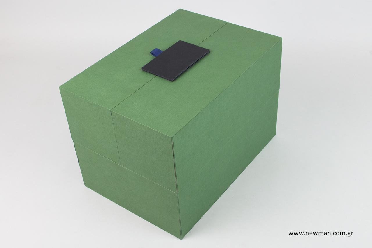 Κουτί που ανοιγοκλείνει με πορτάκια.