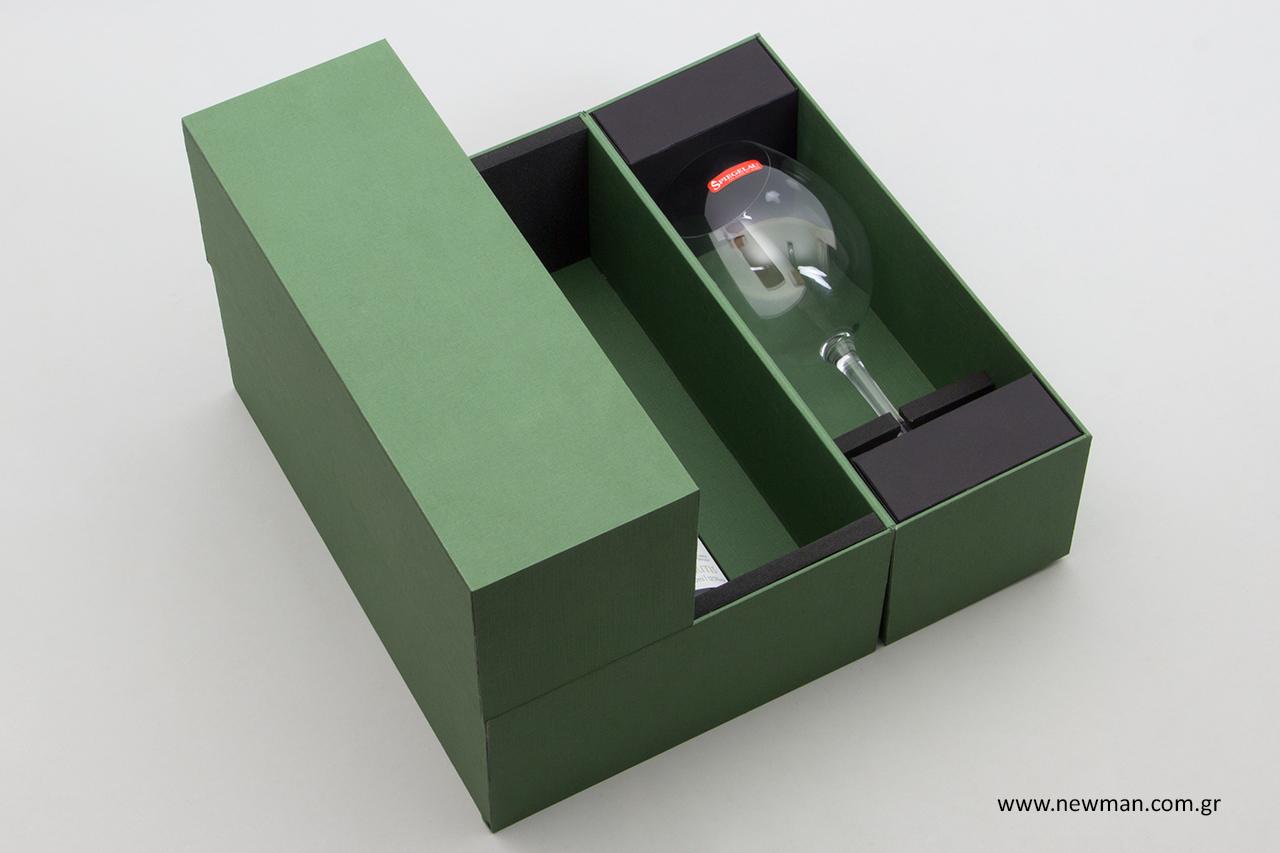 Τα κουτιά για μπουκάλια και ποτήρια κλείνουν με μαγνήτη.