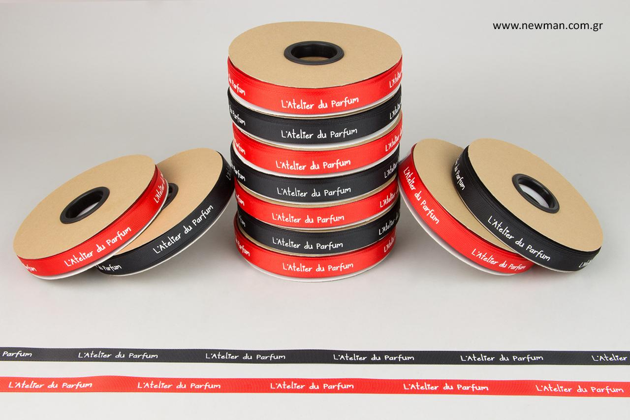 Κόκκινες και μαύρες κορδέλες γκρο με λογότυπο.
