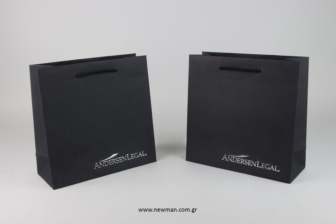 Τσάντες δώρου με εκτυπωμένο εταιρικό λογότυπο.