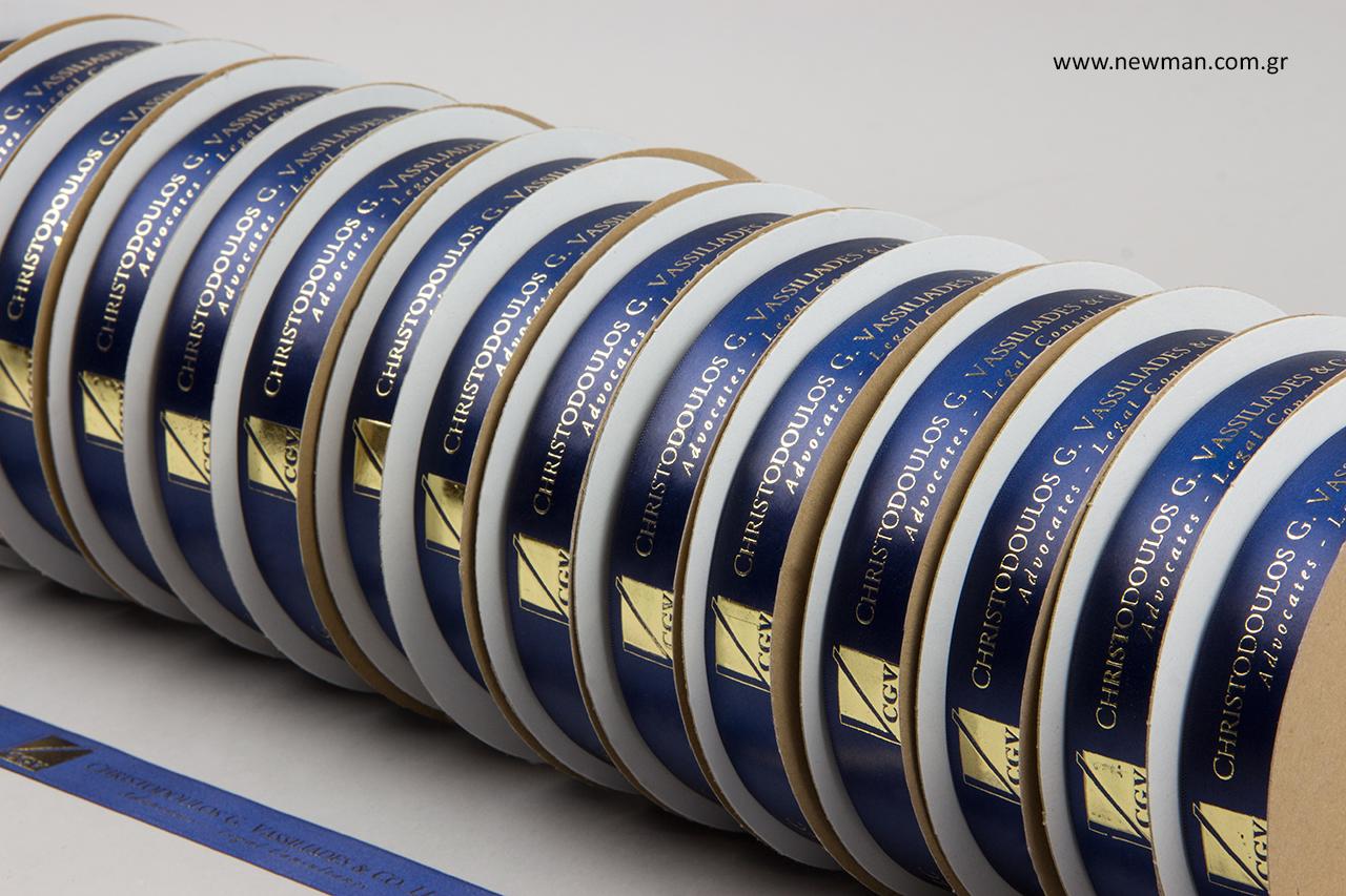 Πολυτελείας σατέν κορδέλα διπλής όψης σε μπλε ναυτικό χρώμα με ανάγλυφη μεταλλική χρυσή εκτύπωση.