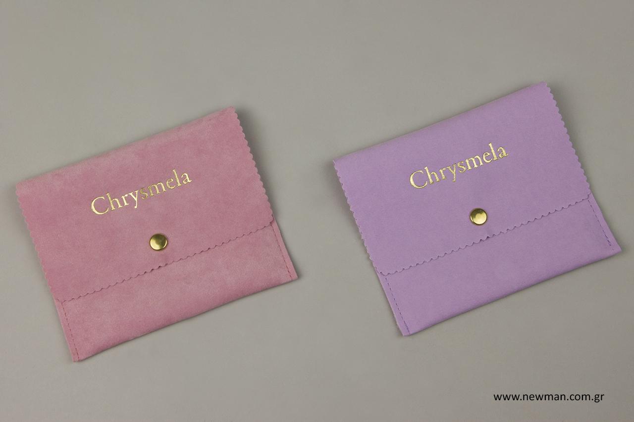 Ροζ και λιλά πουγκιά σε σχήμα τσέπης με κουμπί και χρυσή εκτύπωση λογότυπου.