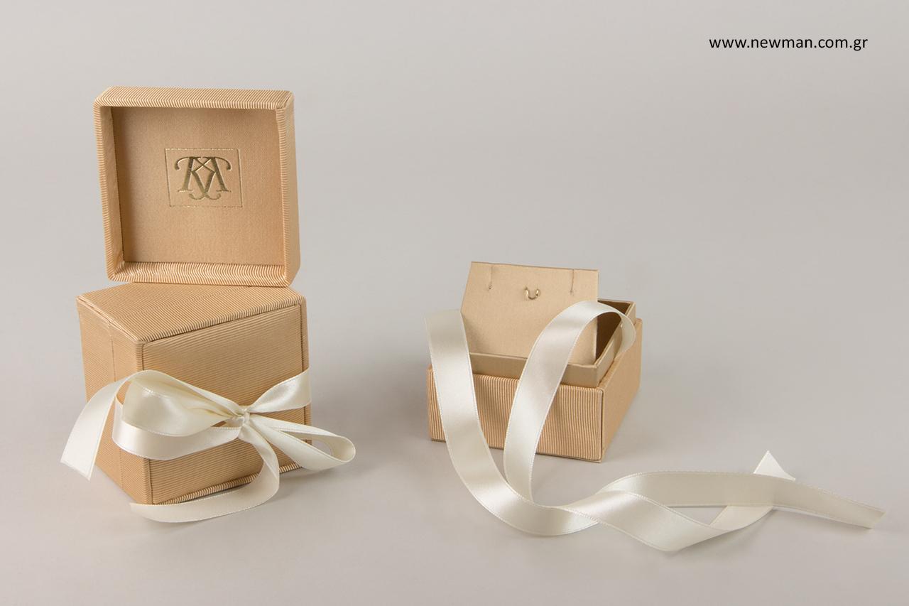 Υφασμάτινα κουτιά για κοσμήματα με ενσωματωμένη κορδέλα.