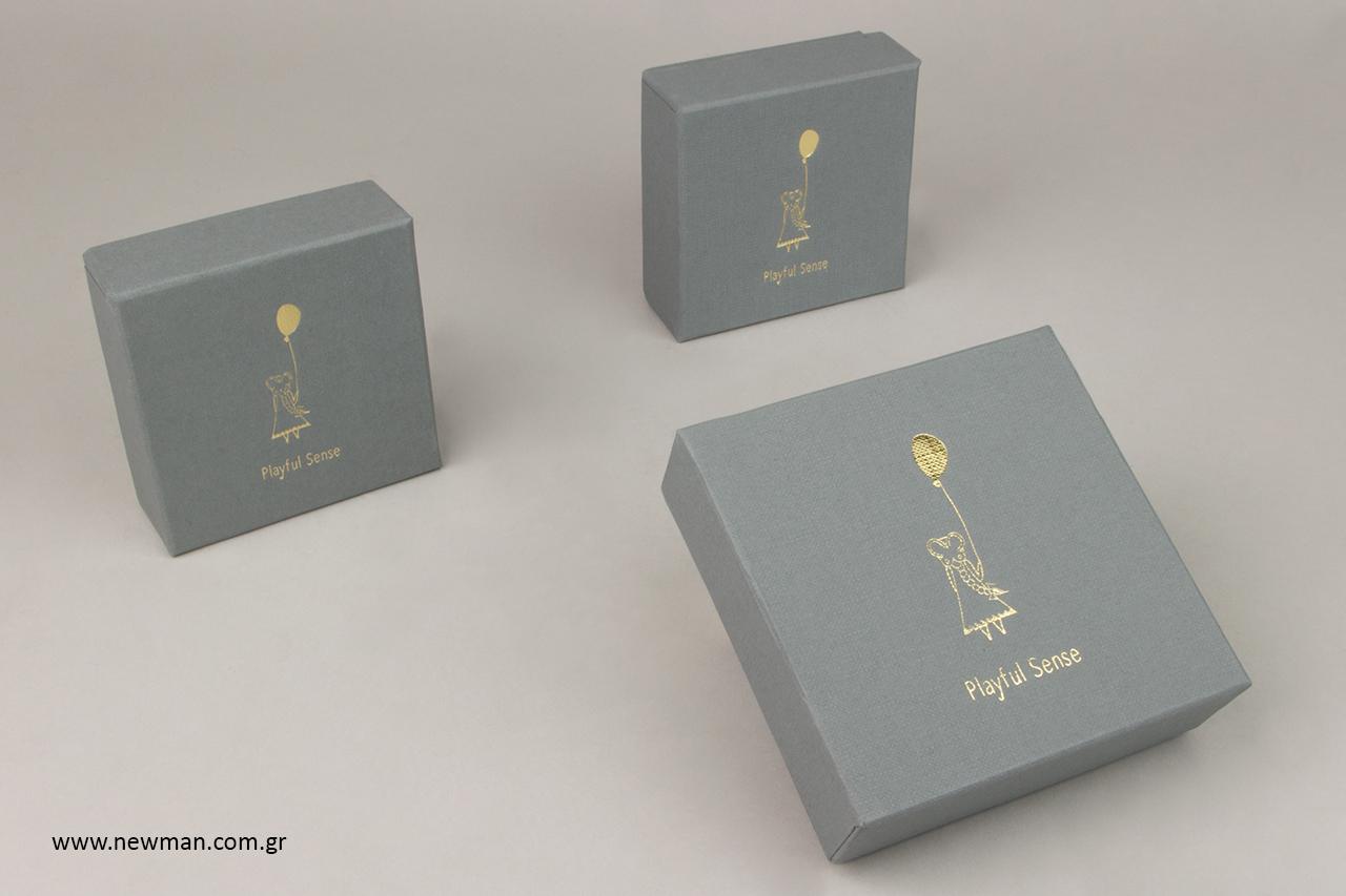 Χάρτινα κουτιά για κοσμήματα με χρυσή εκτύπωση.