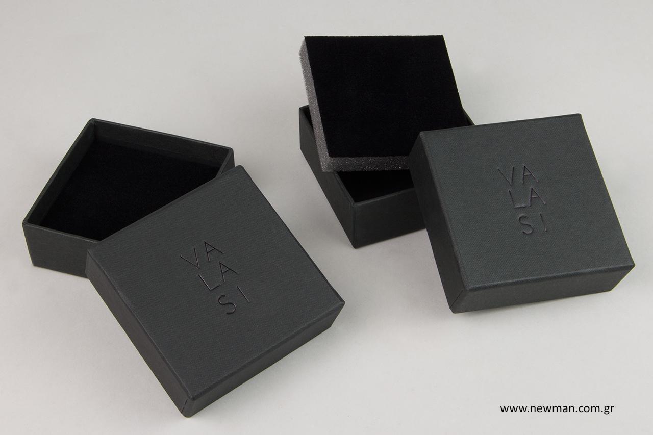 Μαύρη μεταλλοτυπία σε χάρτινα κουτιά για κοσμήματα.