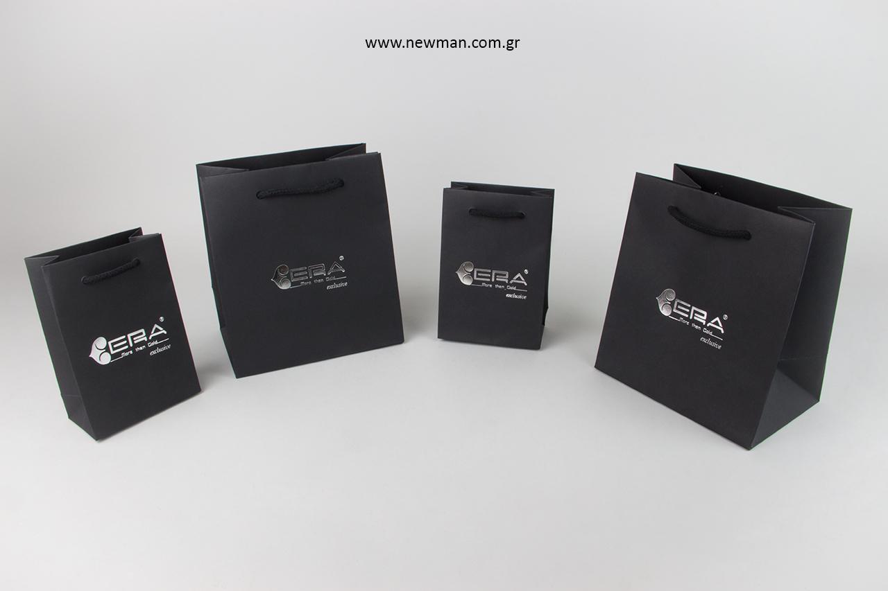 Επώνυμες τσάντες καταστημάτων με ασημί τύπωμα.