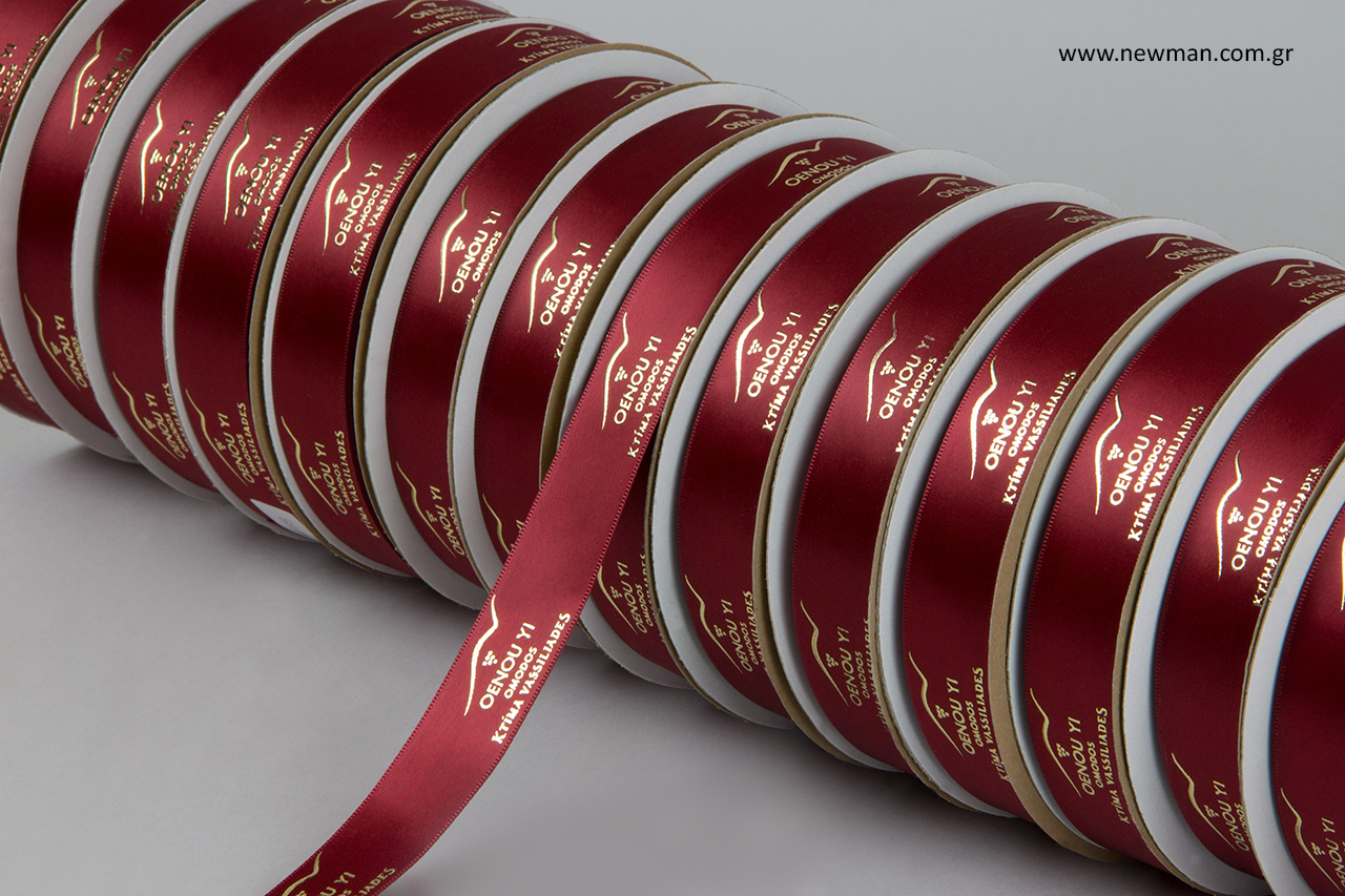 Πολυτελείας σατέν κορδέλα διπλής όψης σε μπορντώ χρώμα με ανάγλυφη μεταλλική χρυσή εκτύπωση.