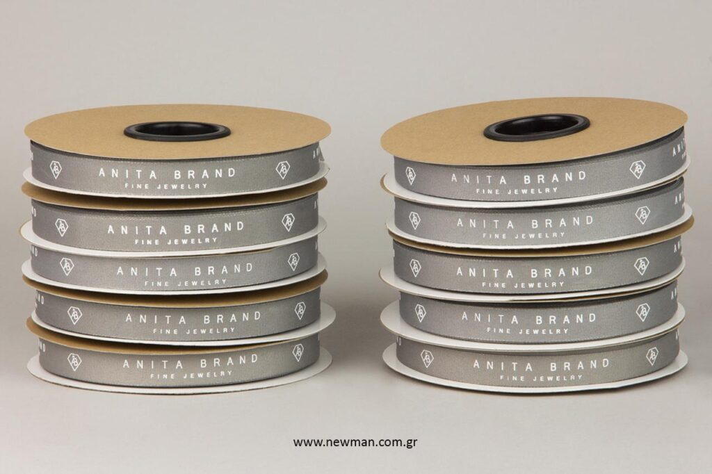 Anita Brand: Κορδέλες γκρο με εκτύπωση λογότυπου by NewMan Packaging.