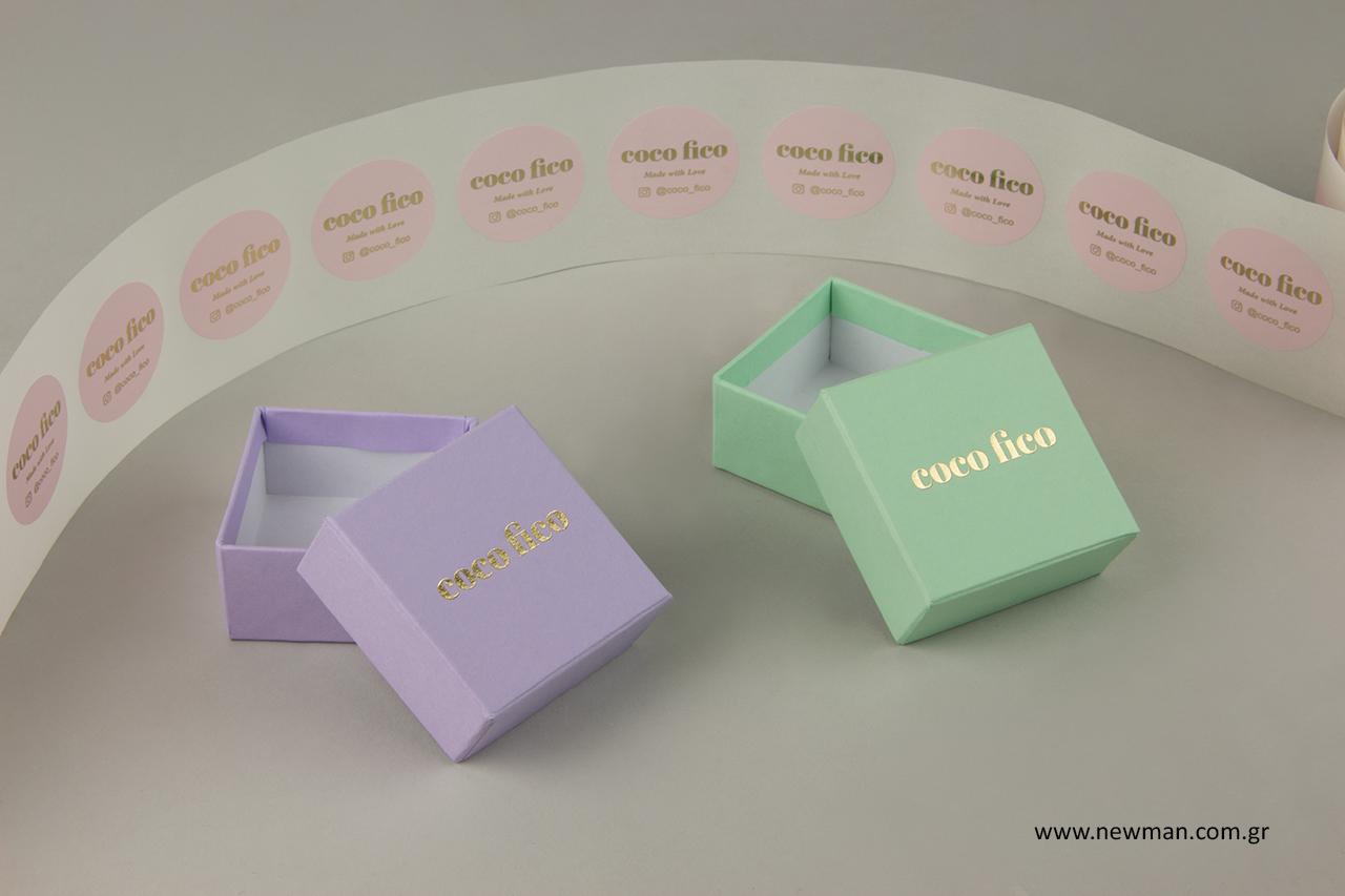 Αυτοκόλλητες ετικέτες και χάρτινα κουτιά για κοσμήματα με λογότυπο.