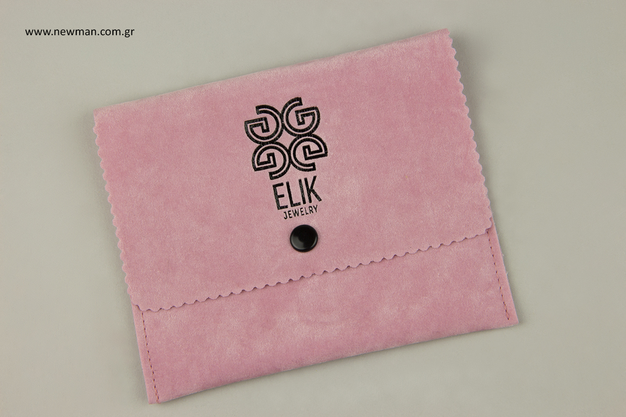 Ροζ πουγκί σε σχήμα τσέπης με μαύρο κουμπί και μαύρη εκτύπωση.