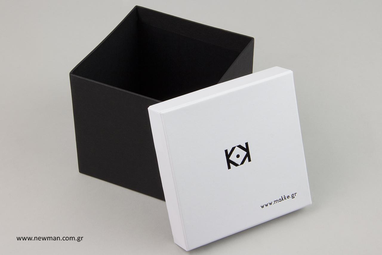 Εκτύπωση εταιρικής επωνυμίας σε κουτιά συσκευασίας.