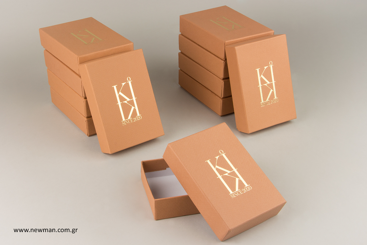 Χάρτινα κουτιά με εκτύπωση λογότυπου σε χρυσοτυπία.