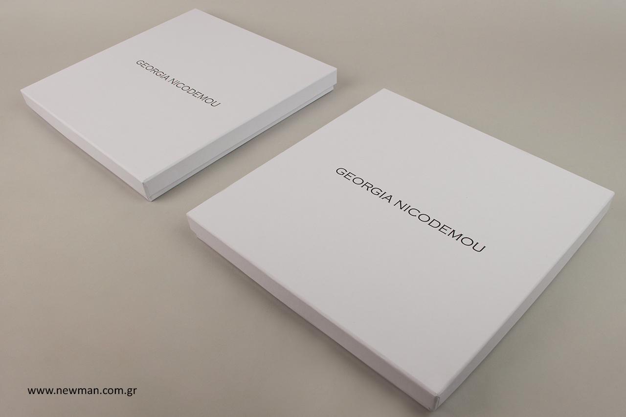 Χάρτινα κουτιά σε λευκό χρώμα με μαύρη εκτύπωση.