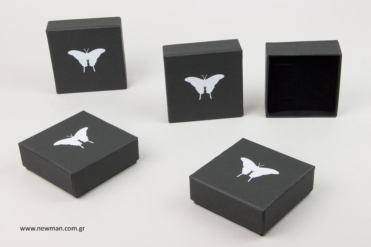 Σκληρά κουτιά με λευκή εκτύπωση πεταλούδας.
