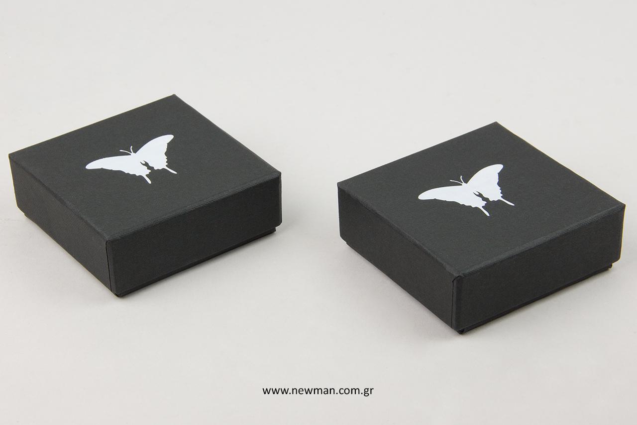 Λευκή μεταλλοτυπία σε custom-made κουτιά κοσμημάτων.