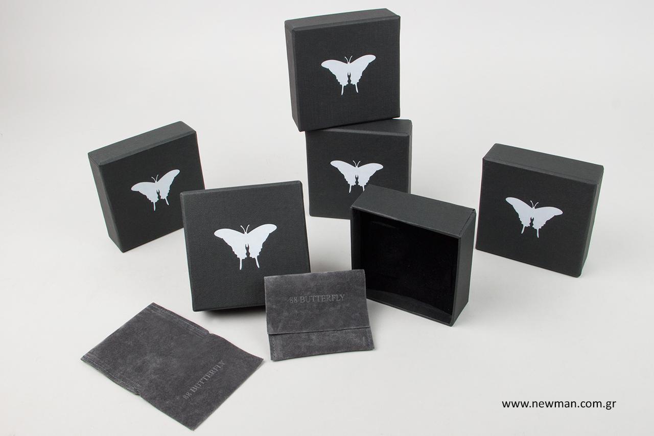 Κουτιά και πουγκιά συσκευασίας με εκτύπωση λογότυπου.