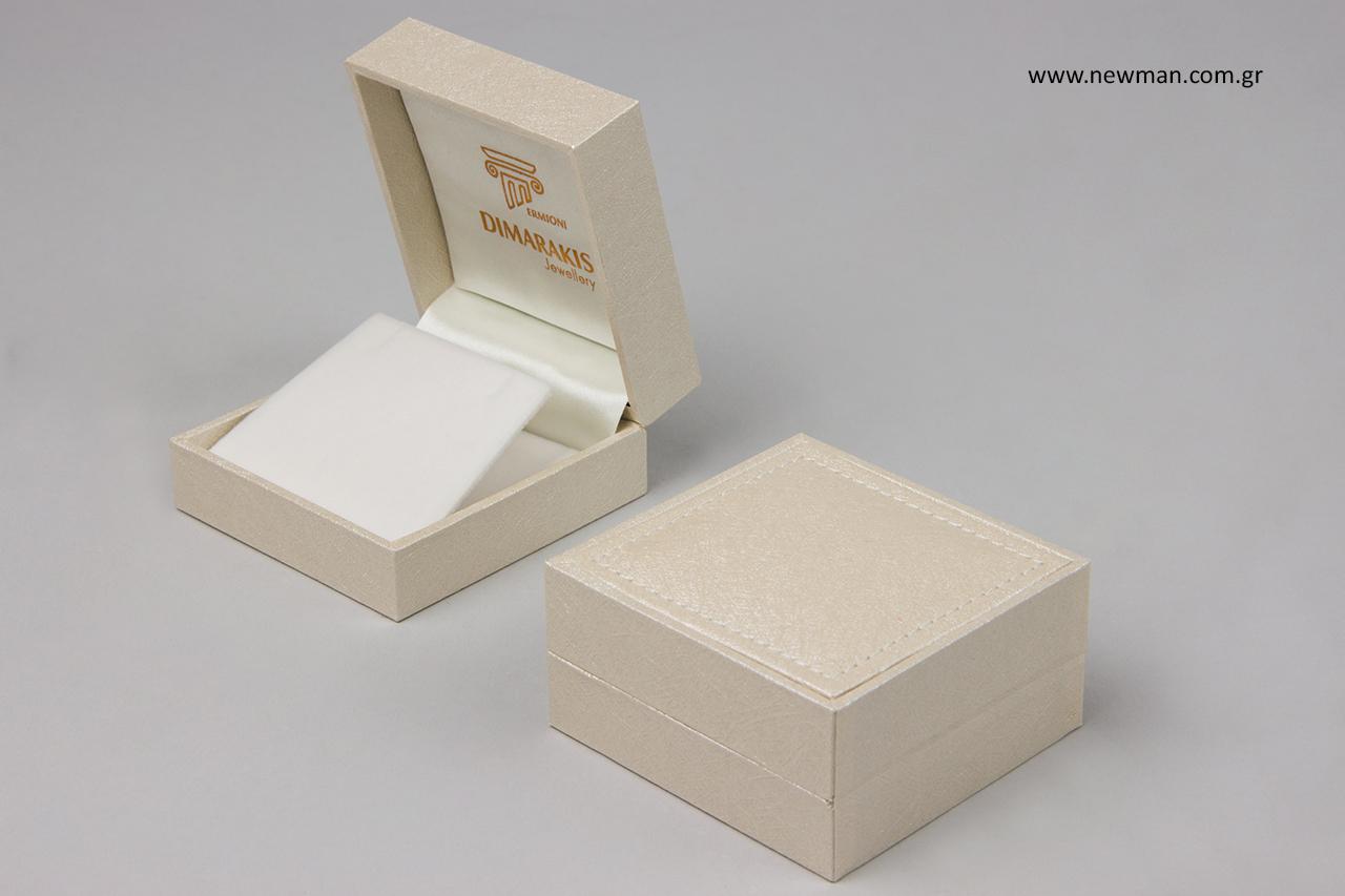 Κουτί για κόσμημα με τυπωμένη επωνυμία.