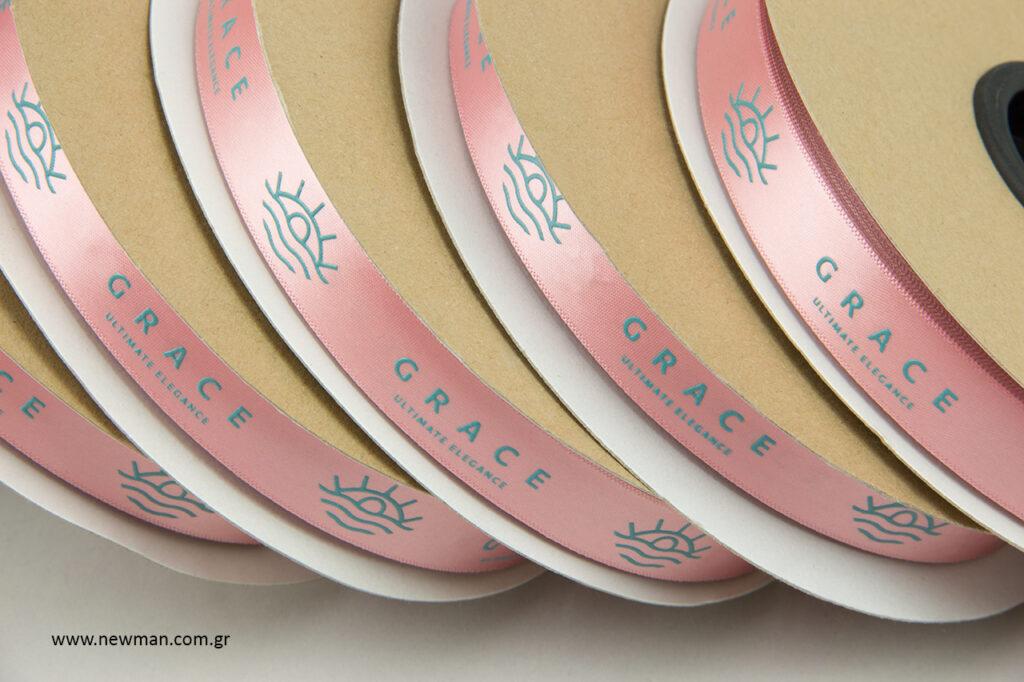 Grace – Ultimate Elegance: Σατέν κορδέλες NewMan με τύπωμα.