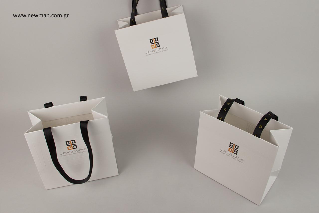 Επώνυμες τσάντες συσκευασίας με λογότυπο.