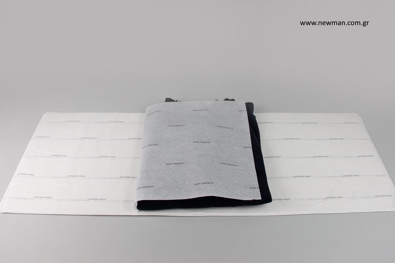 Χαρτί περιτυλίγματος για ρούχα με εταιρικό λογότυπο.