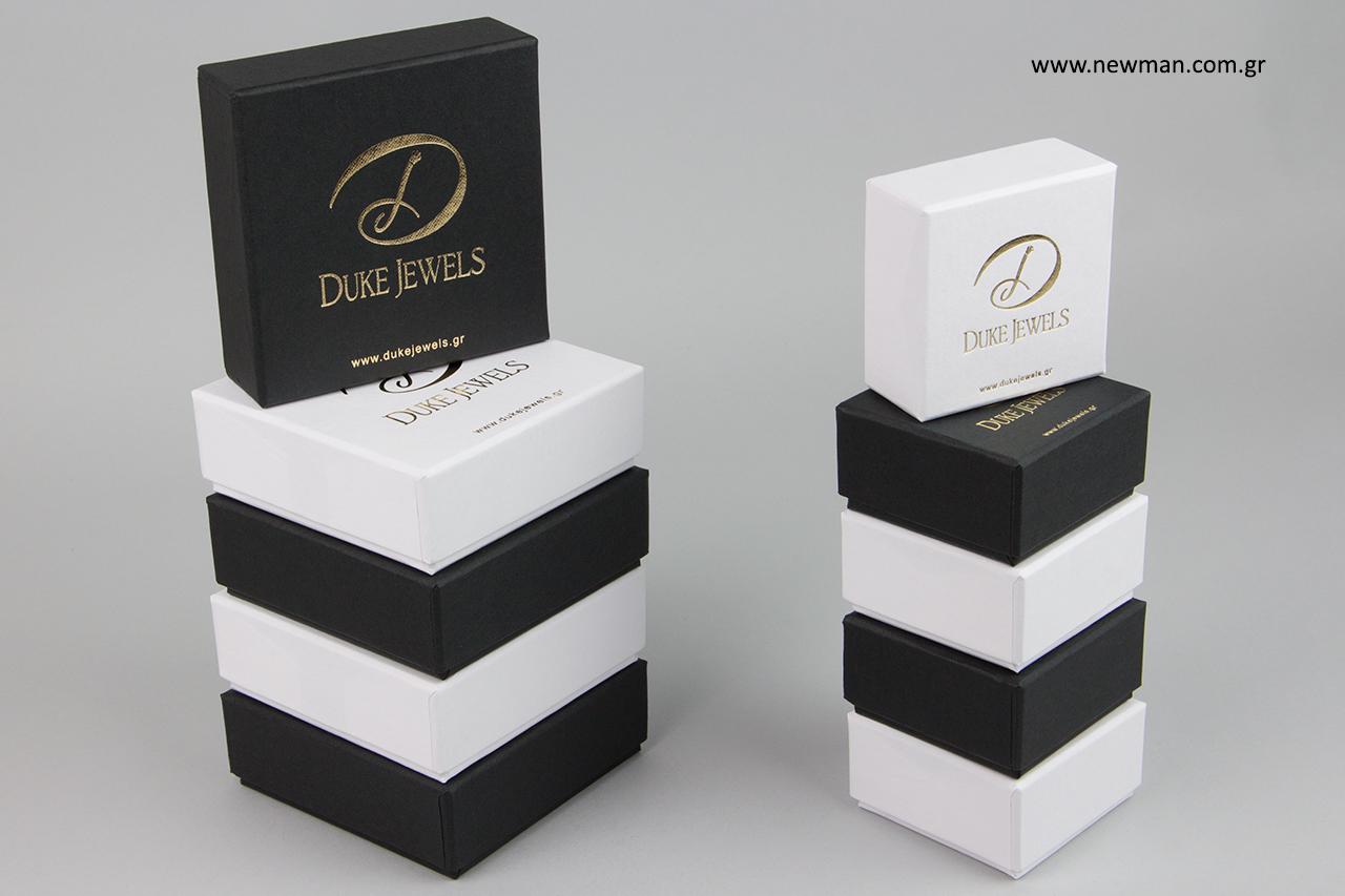 Άσπρα και μαύρα κουτιά κοσμημάτων με χρυσοτυπία.