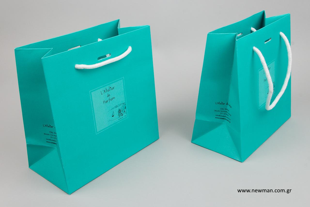 Χάρτινες τσάντες συσκευασίας με εκτύπωση λογότυπου.