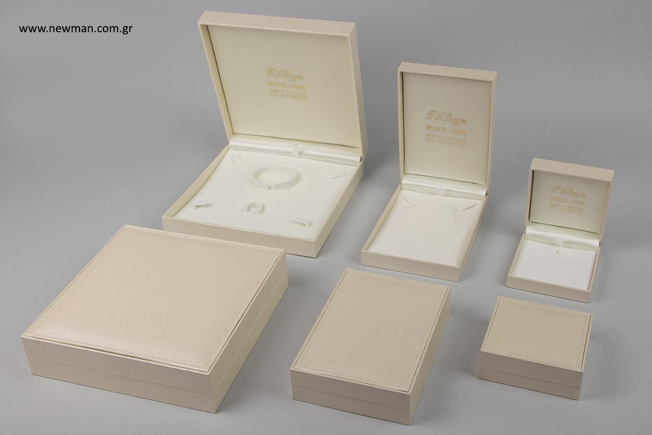 Η πρώτη σειρά που επιλέχθηκε είναι η CTK Δερμάτινη σειρά, μια λιτή και με καθαρές γραμμές σειρά κουτιών κοσμημάτων, η οποία διακοσμείται με ένα απλό γαζί στην πάνω πλευρά και έχει εκρού χρώμα.