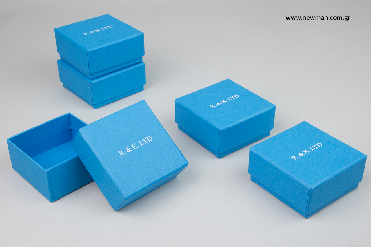 Κουτιά συσκευασίας NewMan με τυπωμένο λογότυπο.