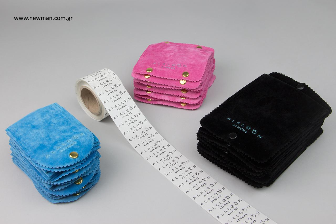 Τυπωμένα πουγκιά σε σχήμα τσέπης με κουμπί και αυτοκόλλητες ετικέτες με λογότυπο.